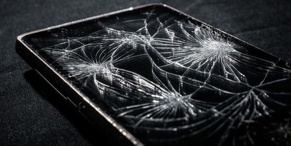 mobile-blog-smartphone-with-broken-screen-on-dark-background