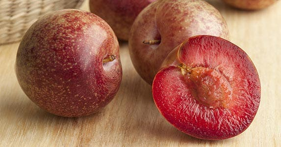 Plums and pluots © picturepartners/Shutterstock.com