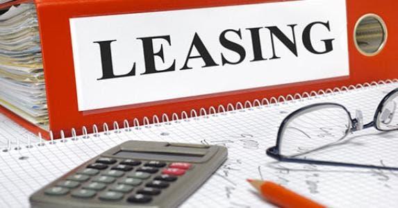 Leasing contracts in folder © filmfoto/Shutterstock.com
