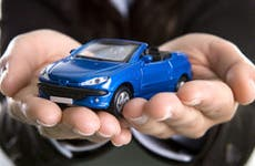 Blue car in hands © Mario Lopes - Fotolia.com