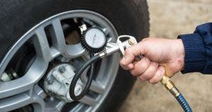 Man checking tire's air pressure © Burmakin Andrey/Shutterstock.com