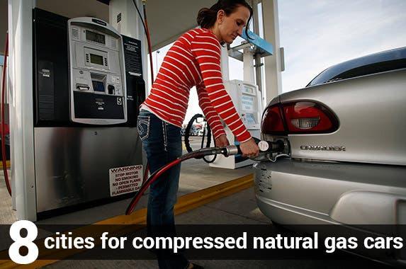 © JIM URQUHART/Reuters/Corbis, Gas station vector:© Hermin/Shutterstock.com