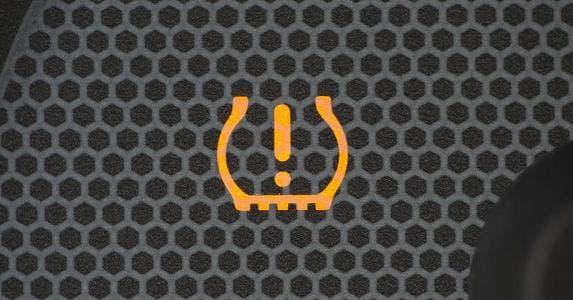 Tire pressure light © otomobil/Shutterstock.com