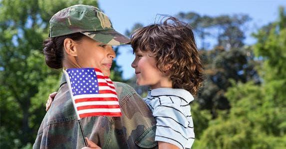 Military mother holding her child © wavebreakmedia/Shutterstock.com