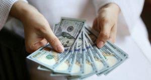 Woman's hands holding money © PavelIvanov/Shutterstock.com