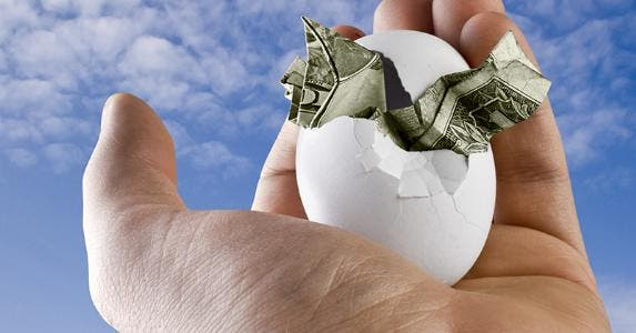 Hand holding egg with money at sky © Christopher Titze/Shutterstock.com