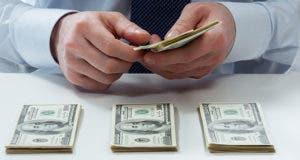 Bank teller hands counting money © Maryna Pleshkun/Shutterstock.com