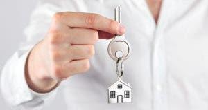 Man holding house key © peshkov - Fotolia.com