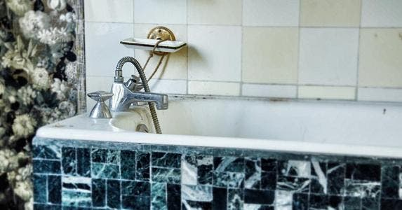 Outdated bathtub | David Bise / EyeEm/Getty Images