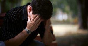 Depressed man sitting outside © luxorphoto/Shutterstock.com