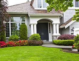 Pay attention to curb appeal © tab62/Shutterstock.com