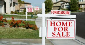 Foreclosed homes for sale in a neighborhood © Andy Dean Photography - Fotolia.com