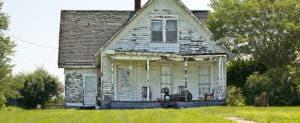 Worn-down white cottage © Anne Kitzman/Shutterstock.com