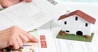 Real estate contract © karelnoppe/Shutterstock.com