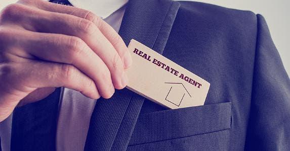 Real estate agent © Gajus/Shutterstock.com