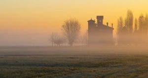 Isolated house in the middle of the field © Armando Alderotti/Shutterstock.com