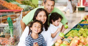 Family shopping in a supermarket for fruits and vegetables © Andresr/Shutterstock.com