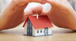 Hands protecting red house © Robert Kneschke - Fotolia.com