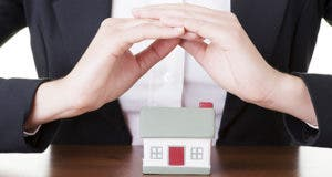 Woman hands over house © Piotr Marcinski/Shutterstock.com