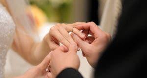Exchanging rings at altar © MNStudio - Fotolia.com