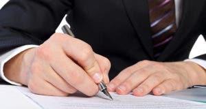 Businessman filling out paperwork © Ocskay Mark/Shutterstock.com