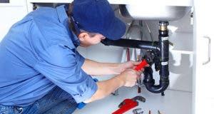 Plumber repairing sink © Kurhan - Fotolia.com