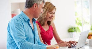 Couple looking at laptop screen © Monkey Business Images/Shutterstock.com