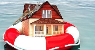 House on life preserver in water © storm / Fotolia.com