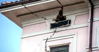 Damaged, cracked house © Paolo Sartorio/Shutterstock.com