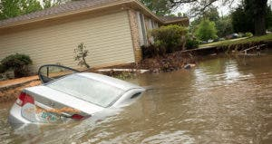 Car submerged in flood water © MICHAEL SPOONEYBARGER/Reuters/Corbis
