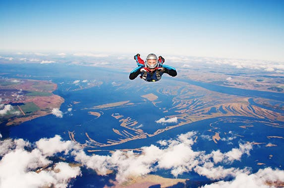Sky diving © 2happy/Shutterstock.com