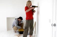 Woman drilling hole in wall © bikeriderlondon/Shutterstock.com