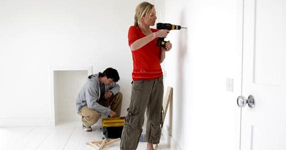 Woman drilling hole in wall © bikeriderlondon/Shutterstock.com