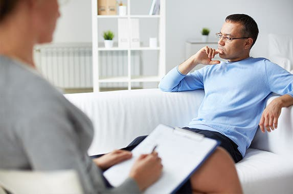 Man in mental health therapy | © Pressmaster/Shutterstock.com