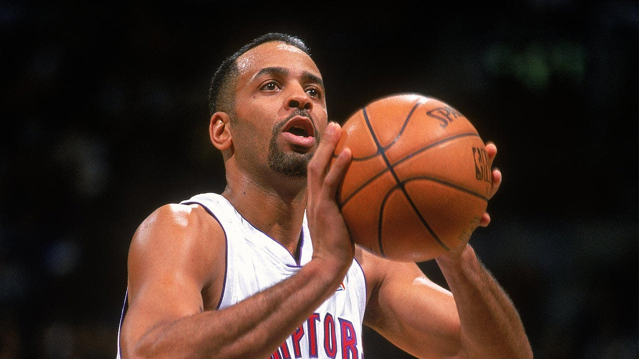 Dell Curry shoots basketball