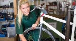 Woman working on bike © Ikonoklast Fotografie/Shutterstock.com
