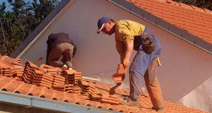 Roofers at work © viki2win/Shutterstock.com