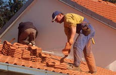 Roofers at work © viki2win/Shutterstock.com