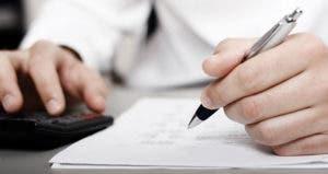 Filling out paperwork © Christopher Meder/Shutterstock.com