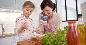 Mom preparing food with her child © goodluz/Shutterstock.com