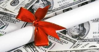 Diploma with ribbon, on $100 bills © Shirley / Fotolia.com