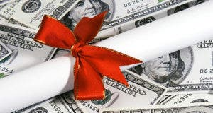 Diploma with ribbon, on $100 bills © Shirley / Fotolia.com