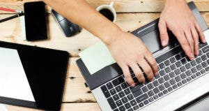 Messy desk with laptop, tablet, phone © Kostenko Maxim/Shutterstock.com