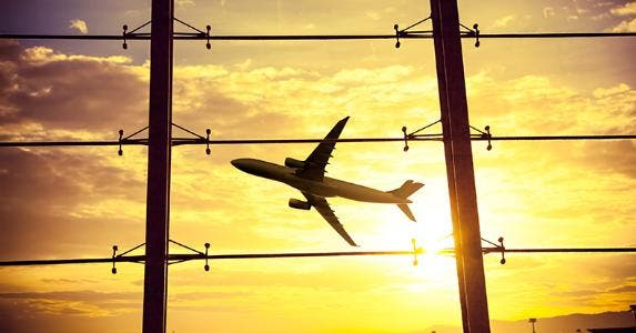 Airport windows, airplane at sunset © 06photo/Shutterstock.com