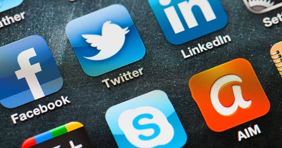 Click on a travel deal on social media © iStock