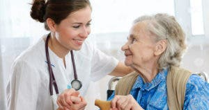 Old woman and young nurse © Alexander Raths - Fotolia.com