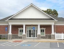 Banks close branches © Mark Winfrey/Shutterstock.com
