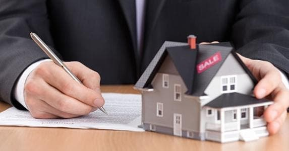 Contract and house on desk © Dzmitry Stankevich - Fotolia.com