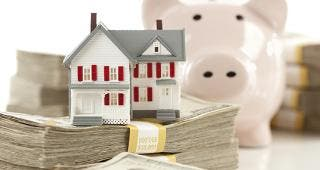 House with piggy bank and money © Andy Dean Photography - Fotolia.com