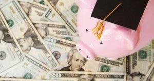 Piggy bank with grad cap on money © zimmytws/Shutterstock.com